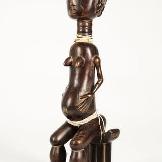 Figura femminile incinta seduta Baule decorata con perlina bianca