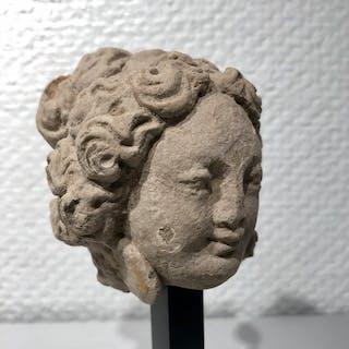 Gandhara Stucco Testa femminile, espressione e dettagli molto belli. - 9×7 cm