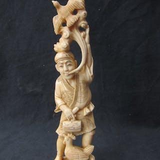 Okimono - Marine ivory - Man with hen - Signed...