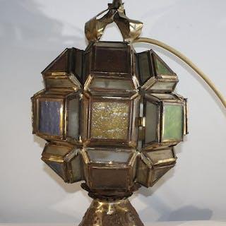 Una lampada da parete con diversi colori di lastre di vetro