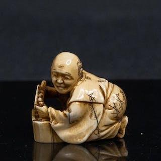 Netsuke (1) - Elfenbein - CROUCHED PEASANT PREPARING...
