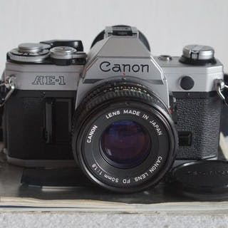 Canon AE-1 + 28mm/50mm/135mm/80-200mm + acc.