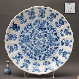 Plate (1) - Porcelain - Molded - Peonies and ruyi heads...