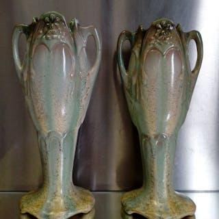 Faïenceries de Thulin - Paar Jugendstilvasen mit beige / grüner Tropfglasur