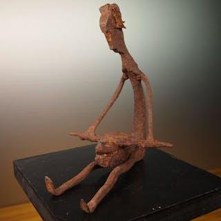"Figurine de ""femme à la meule"" - Fer noir - DOGON - Mali"