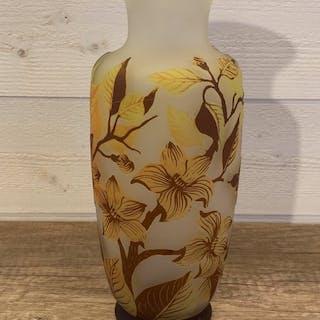 Signature à identifier  - Vase en pâte de verre