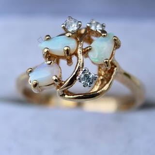 14 kt. Yellow gold - Ring - 0.31 ct white Opal - 3 white Crystal glass stones