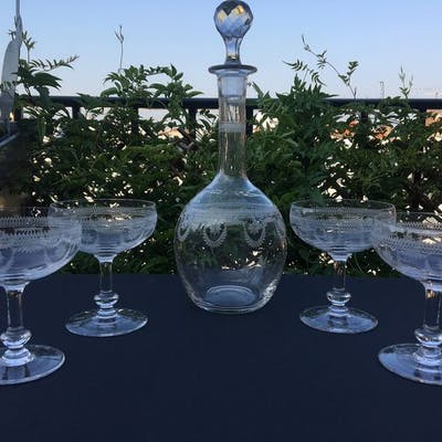 Saint Louis  - Belle carafe et 4 coupes à champagne - Cristal gravé