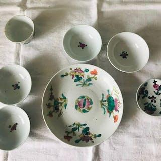 Ensemble de bols et assiette de porcelaine antique...