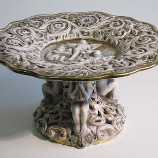 Capodimonte - Erhöhte Vase mit Engelsfiguren und Statuen...