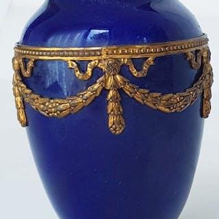 Paul Millet - Sevres - Vase, mit ormulu halterungen - .