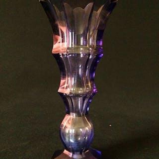 Moser-Facet geschnittene Kristallvase im Stil von Josef Hoffmann