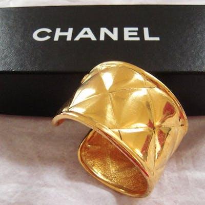 CHANEL Manchette matelassée Bracelet