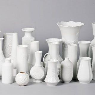 Sammlung von weißen Vasen (25) - Porzellan