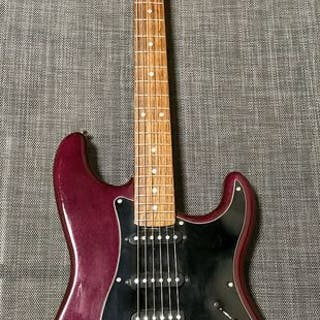 Squier - by Fender - Wine Red Metallic Millenium...
