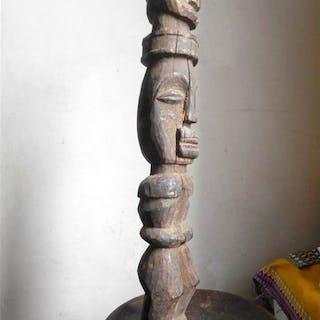 Totempfahl mit zwei Köpfen - Holz - bafo - Kamerun