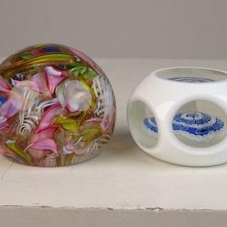 Zwei Briefbeschwerer - Glas