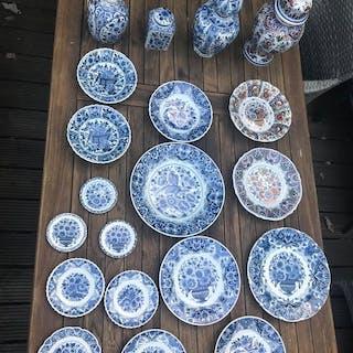 Oud Delft, Nijmegen - Servierplatte, Teller, Teller, Vase (20) - Keramik