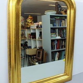 Ein vergoldeter Hallenspiegel mit Perlenrand