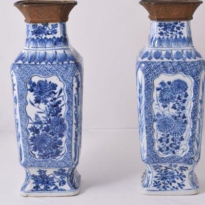 Une paire de grands vases - Bleu et blanc - Porcelaine...