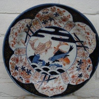 Piatto Imari decorato con carpe - Porcellana - Giappone - XVIII secolo
