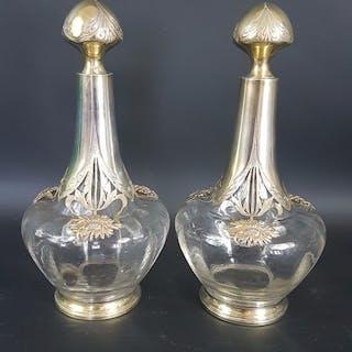 Seltenes Paar hübsche Likörflaschen in Glas und Silber...