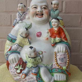Grande Buddha con 5 bambini in porcellana (1)...