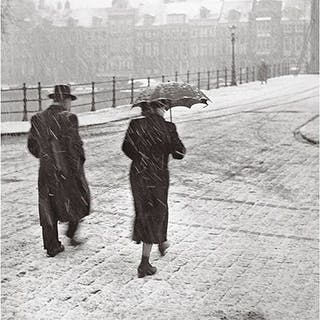 Kees Scherer (1920-1993) - Man and woman walking in the snow - Amsterdam 1956