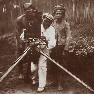 Gregor Krause (1883-1960) - Adjusting the camera in Bali