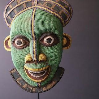 Maschera della danza (1) - legno, perle di vetro, tessuto - Bamileke - Camerun