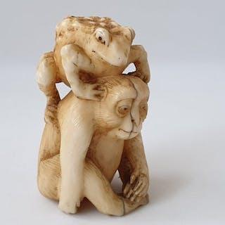 "Okimono - Marine ivory - "" Monkey and toad "" - Japan - Meiji period (1868-1912)"