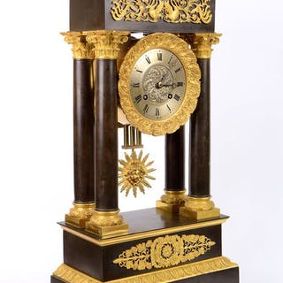 Large portico mantel clock - Gilt and patinated bronze - First half 19th century