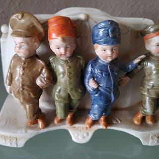 Jardiniere in stile Art Nouveau con 4 figure in uniforme...