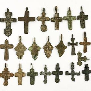 Mittelalter bis Post-Medieval Bronze Lot von 21 Kreuzen