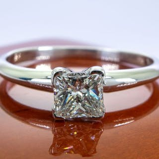 14 kt. Gold - Diamond ring with 0.45ct. solitair center.