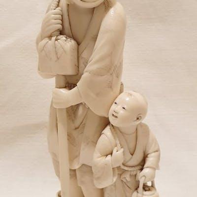 Okimono (1) - Avorio di elefante - Contadino con bimbo...