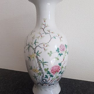 Vase (1) - Porcelain - Famille rose with flowers and...