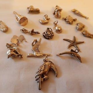 835 Silber - Versilbern Sie verschiedene lose Charms für ein Armband. 18 Stück.