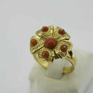 18 carat Yellow Gold - Coral Ring