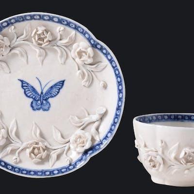 Bol à thé et soucoupe à décor en relief - Porcelaine...
