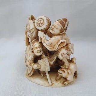Netsuke (1) - Elephant ivory - Street entertainers...