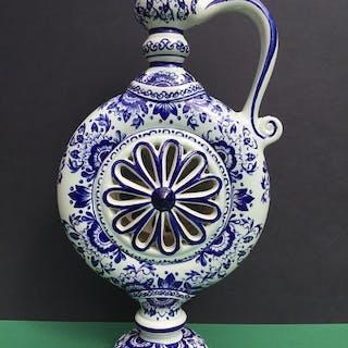 Boch Frères - Ringförmiger Dekokrug mit durchbrochener Rosette - Keramik