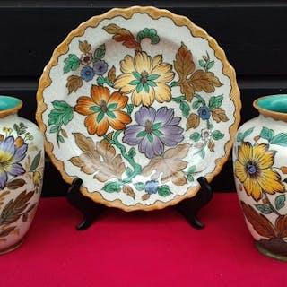 Plateelbakkerij Zuid-Holland, Gouda - 2 Vasen und 1 Teller (3) - Plateel