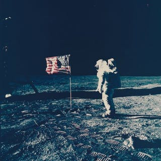 Nasa. Mission Apollo 11. L'astronaute salut le drapeau américain qui