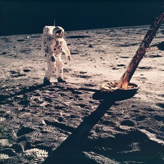 NASA. Mission Apollo 11. Buzz Aldrin poste debout devant le module