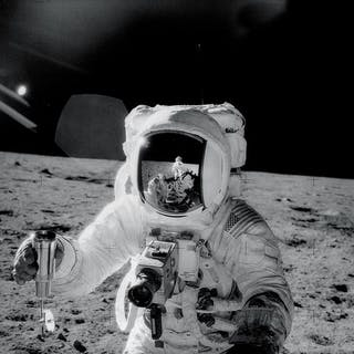 Nasa. GRAND FORMAT. L'astronaute d'Apollo 12, Alan Bean, tient un