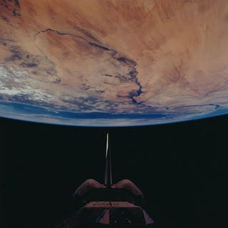 Nasa. Magnifique vue du globe terrestre avec au-dessus la navette