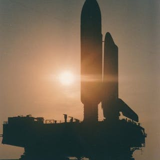Nasa. Majestueuse silhouette de la navette spatiale Atlantis (Mission