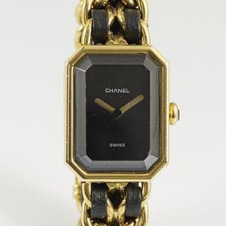 CHANEL. Montre bracelet de dame « Première » en métal doré à boîtier