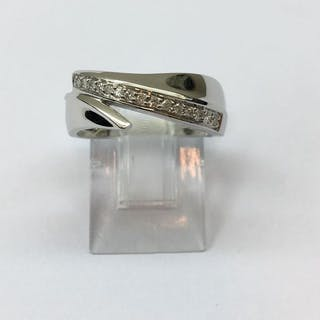 Bague Or blanc 18K, composée d'une rangée de 15 diamants de 0.12 cts.